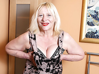 Raunchy British Housewife Playing With Her Flimsy Snatch - MatureNL